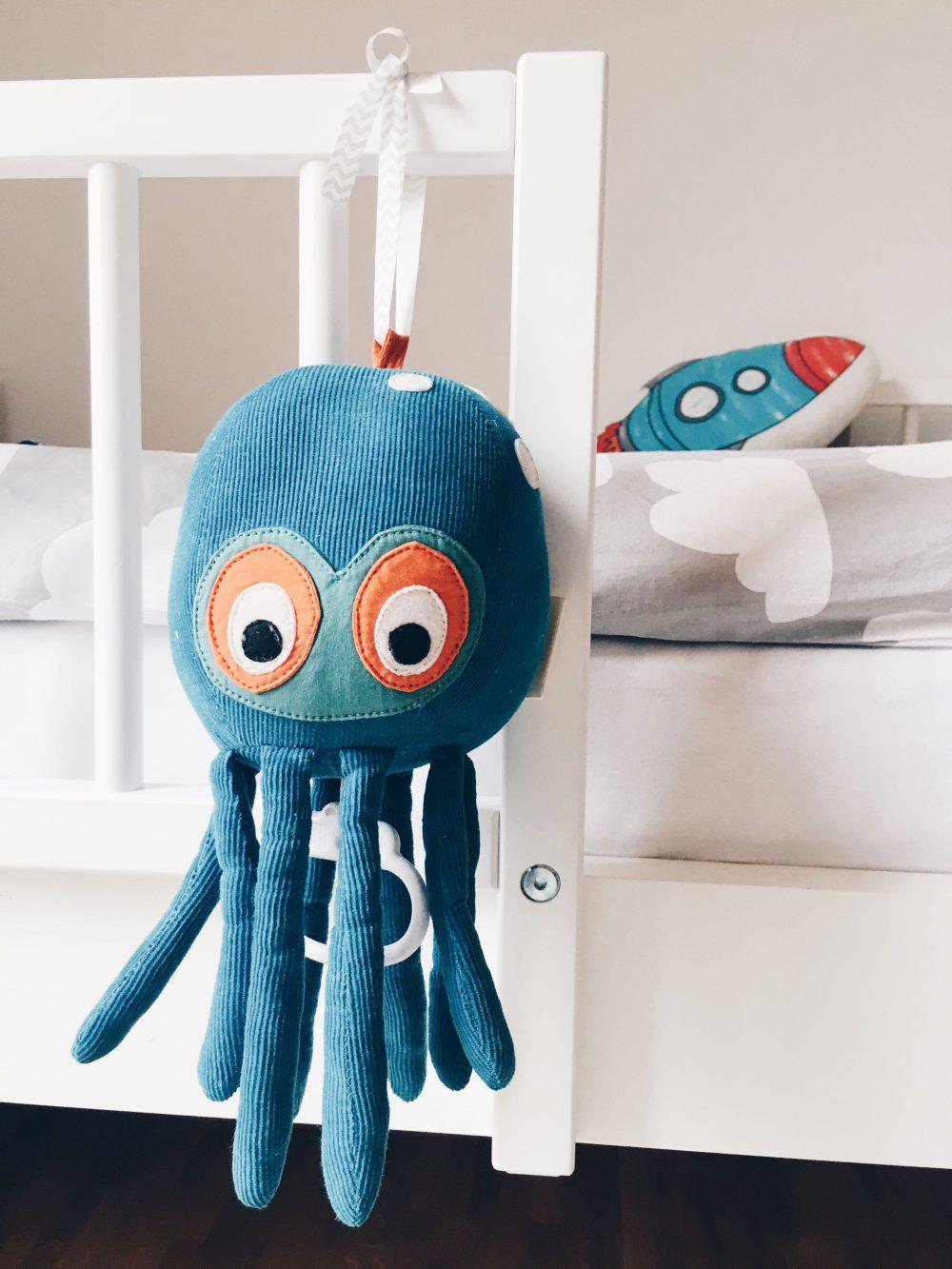 fourhangauf-kinderzimmereinrichtung-oktopus