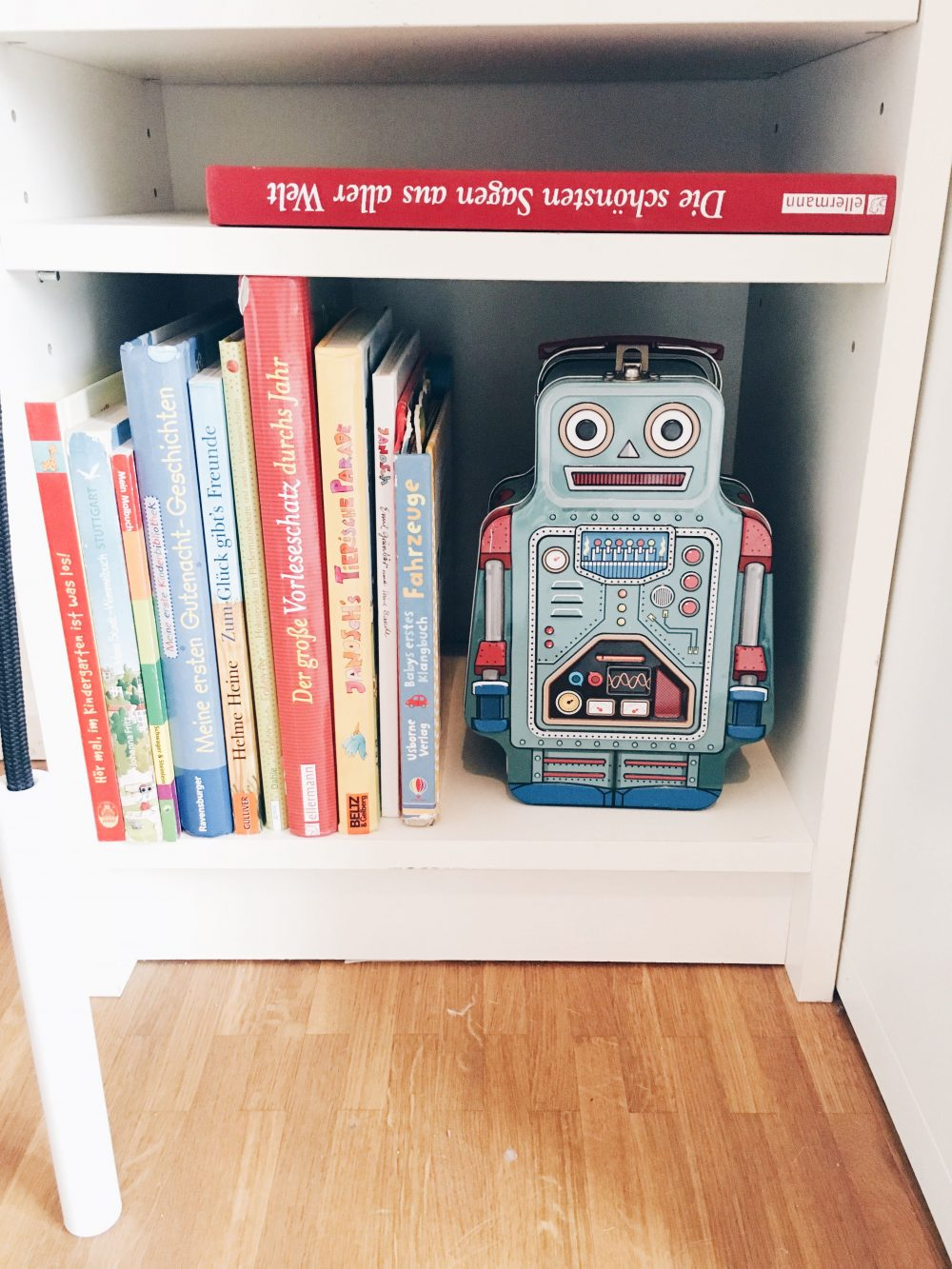 fourhangauf-kinderzimmereinrichtung-roboterkoffer