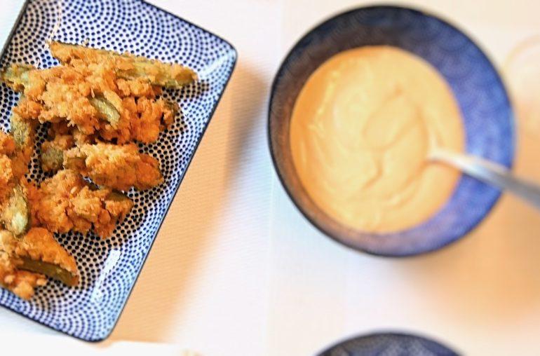 Einfache Fried Pickles: Frittierte Gürkchen mit Dip zum Aperitif