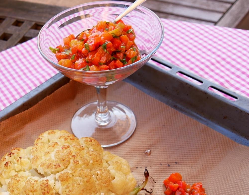 Blumenkohl aus dem Ofen mit Paprika-Salsa