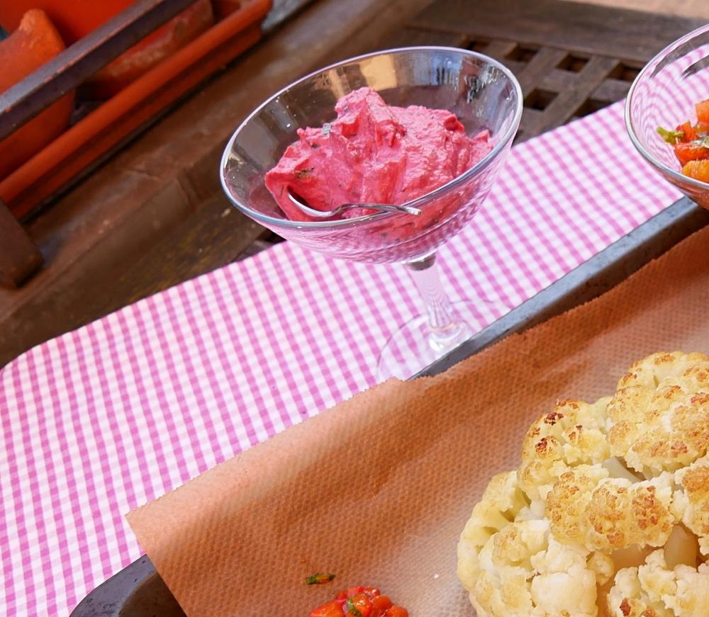 Blumenkohl aus dem Ofen mit Rote-Bete Hummus