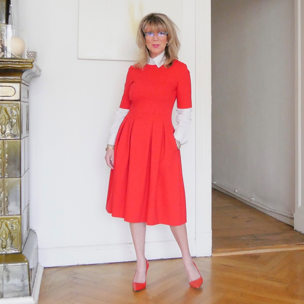 Business-Outfits: Rotes Kleid und rote Pumps