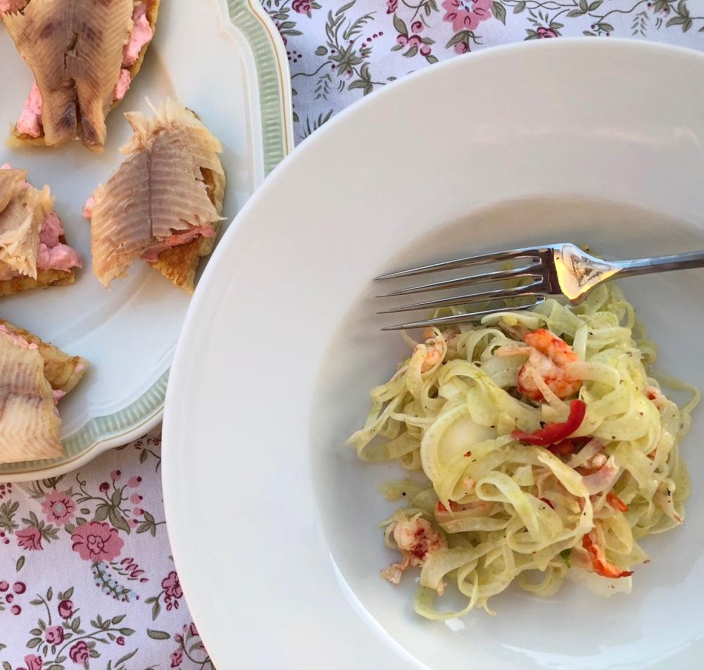 Fenchelsalat mit Flusskrebsen und Blinis mit Tamaras und Forelle