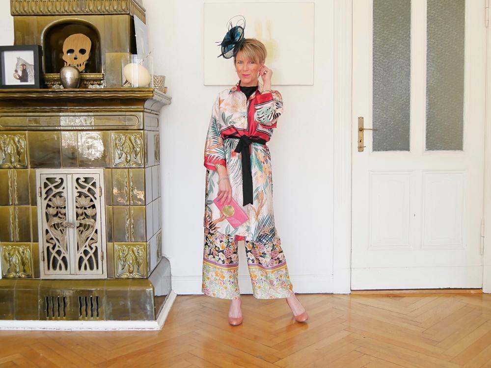 Festliche Kleidung: Mit Kimono und Fascinator und weiter, fließender Hose