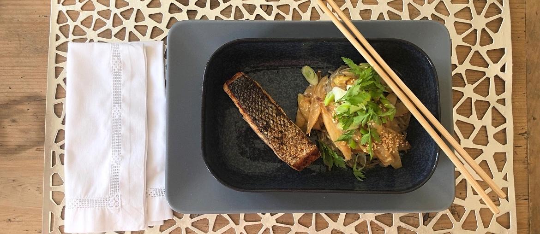 Soba-Nudeln: Sanft gebratener Lachs und sautierter Spargel