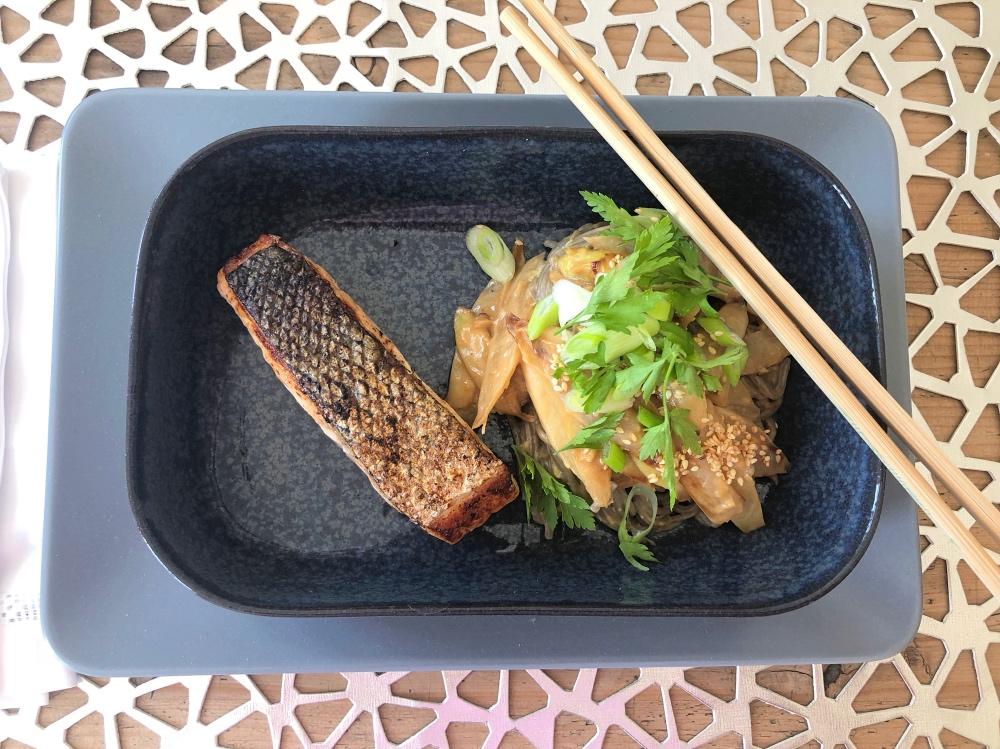 Soba-Nudeln Mit Sesamsoße und Lachs und Spargel