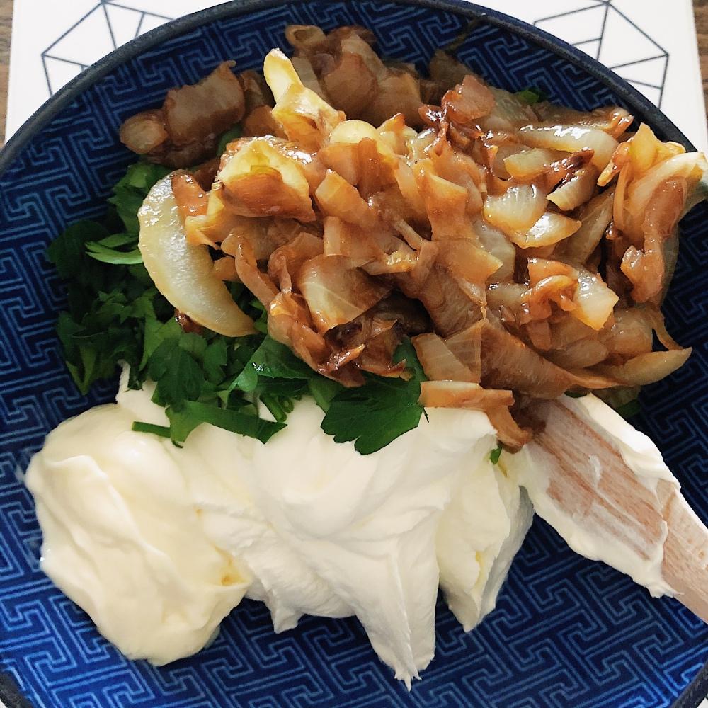 Die Zutaten für den French Onion Dip.
