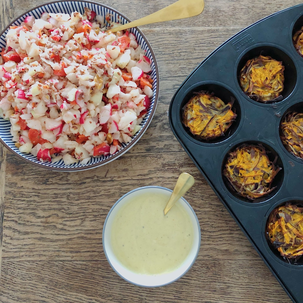 Onion Bhajis mit Salat und Dip